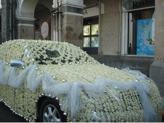 اشكال ديكورات لتزيين سيارة زفه العروسين